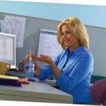 Manos y teclados limpios para evitar contagios en la oficina