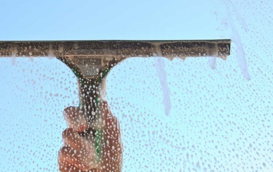 papelmatic-higiene-profesional-tecnicas-limpieza-de-cristales-haragan-recogedor-agua-mojador-980x617